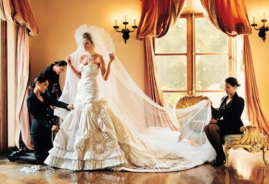 Невеста на свадьбе должна быть красивой и счастливой.