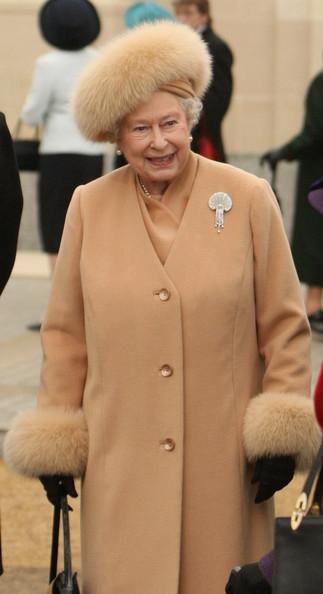 http://vev.ru/uploads/images/00/00/84/2011/05/22/Queen+Unveils+New+Statue+Queen+Elizabeth+Queen+2l5v8-FQB8-l.jpg