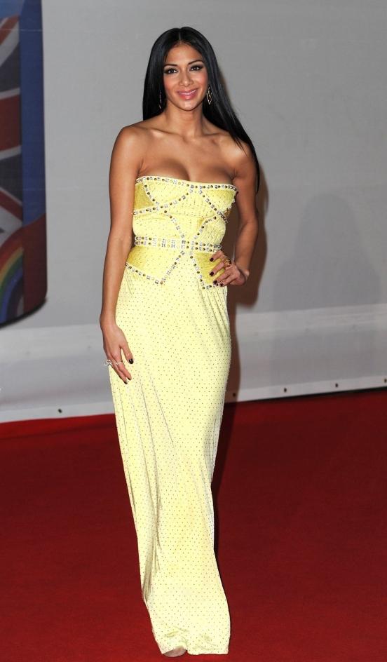 Женщина в просвечивающее желтое платье в хорошем качестве 720 фотоография