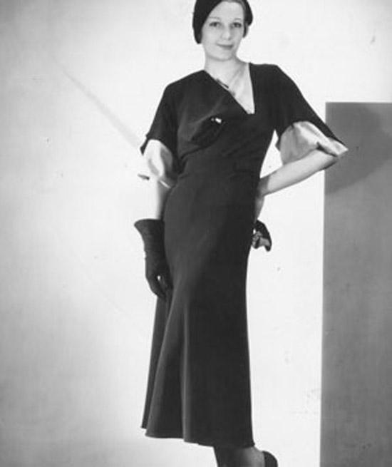 6c8b0bb7415 Маленькое черное платье становится более откровенным – открытая спина и  павлиньи перья украшали многие модели. Чуть позже мода вновь обратилась к  ...