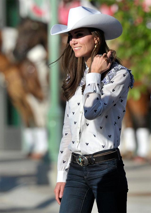 женщина в джинсовой одежде и сарафане-без трусов.фото