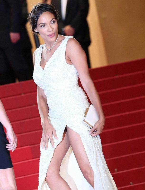 Модные критики не нашли у Милы Йовович грудь на красной дорожке в Каннах