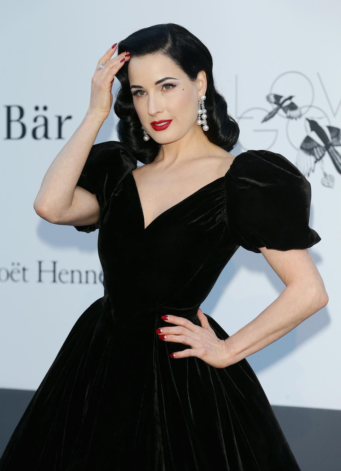 Платье с пышным рукавом фонарик