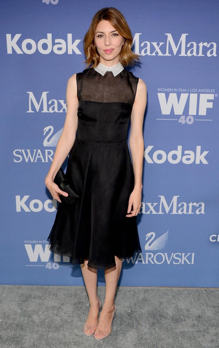 Черное платье белые туфли