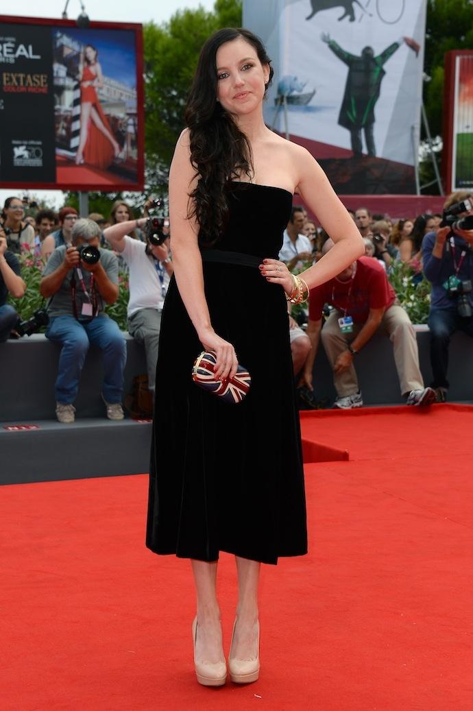 Черное платье бежевые туфли