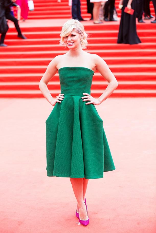 Сочетание зеленого платья с красными туфлями