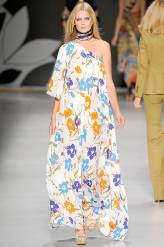 На фото модели демонстрируют длинные летние платья 2011.