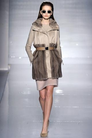 Серое пальто с мехом MaxMara.