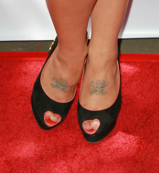 http://vev.ru/uploads/images/00/01/64/2012/12/18/Kelly+Osbourne+Tattoos+Wings+Tattoo+SUVQx5bTObWx.jpg