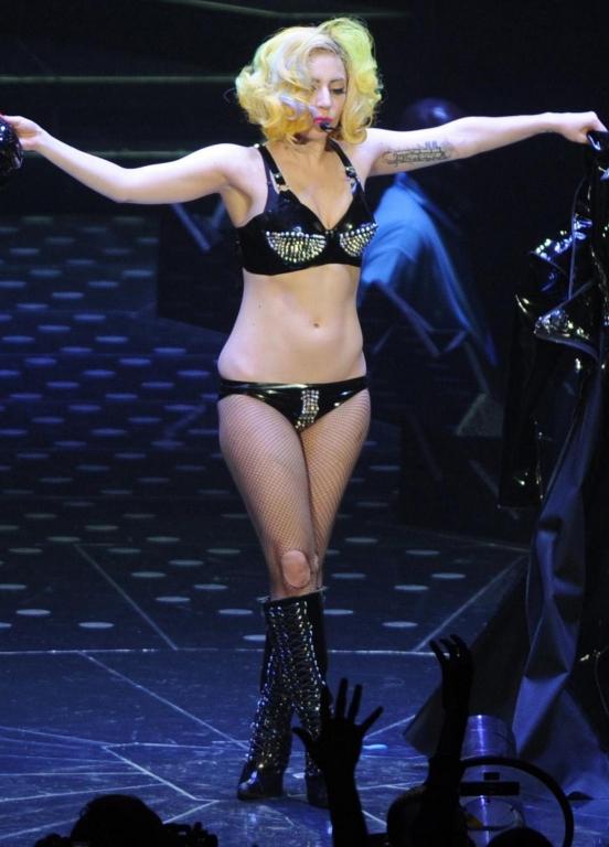 Иногда кажется, что Леди Гага - последователь Жанны Агузаровой.