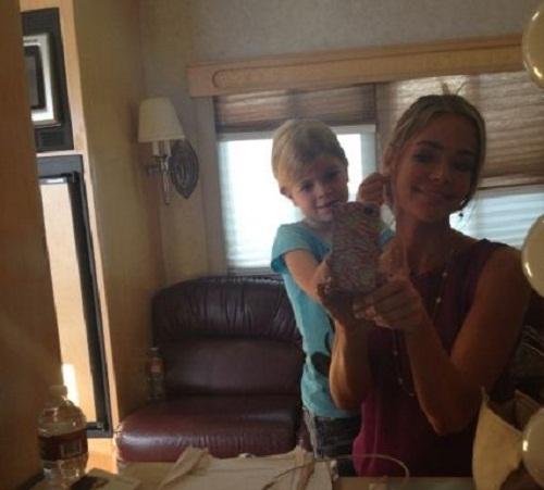 Актриса со своей средней дочерью Лола помогает мне снять сережки!