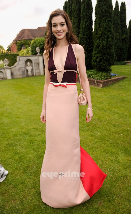 ...цветов и... 5.Энн Хэтэуэй - платье и клатч Prada, украшения Chopard.