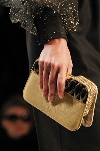 Запомнились сумки из войлочной ткани,очень уж напомнившие мне сумку для...