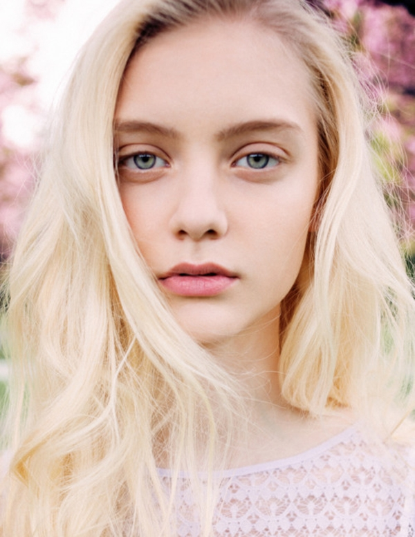 Девушка со светлыми волосами и голубыми глазами фото