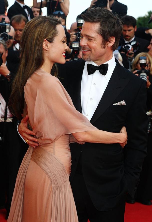 Анджелина Джоли вышла замуж в свадебном платье от украшенном детскими рисунками