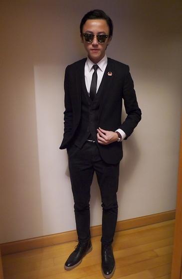 Что одеть к черному костюму