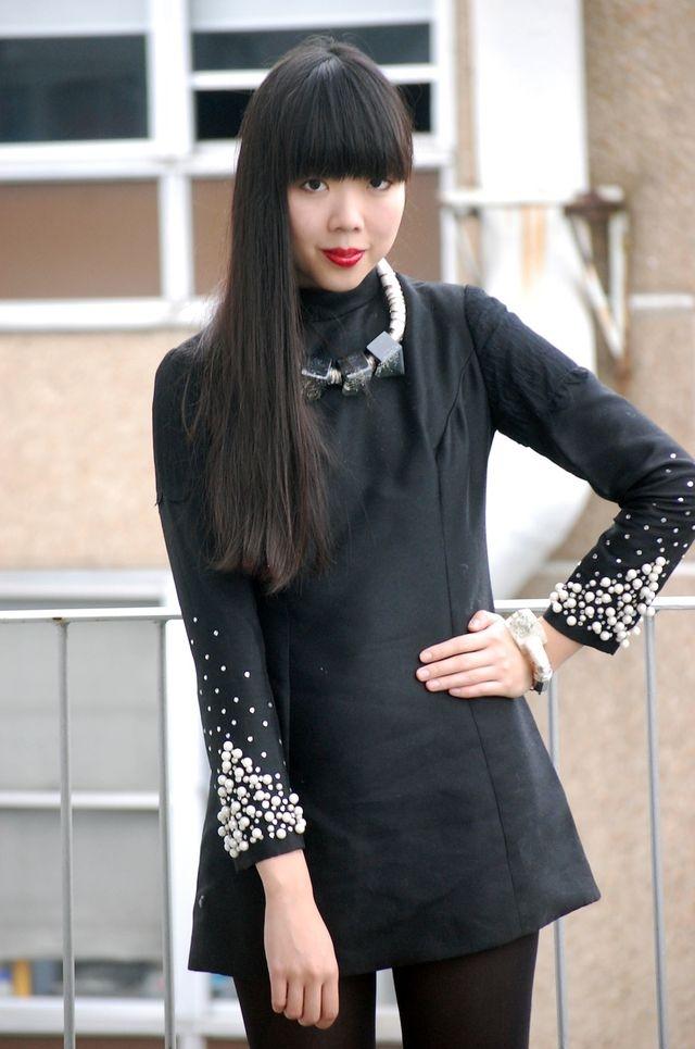 Фото черное платье с жемчугом на