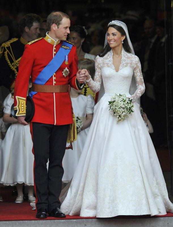 b4b662eaec82217 Те же королевские традиции соблюдены и в свадебном букете Кейт Миддлтон. Ее  кружевной свадебный наряд чем-то напоминал платье Грейс Келли, а букет  очень ...