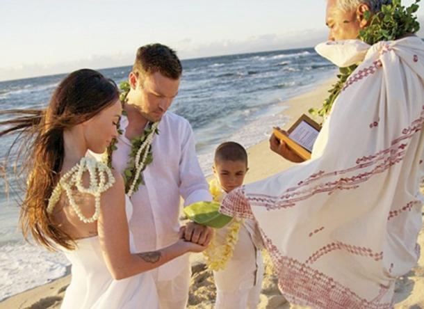 951bbc6a72f7829 Как нельзя лучше в такой пейзаж вписалось скромное и сдержанное свадебное  платье от Армани и небольшой шикарный букет из белоснежных роз и гардений.