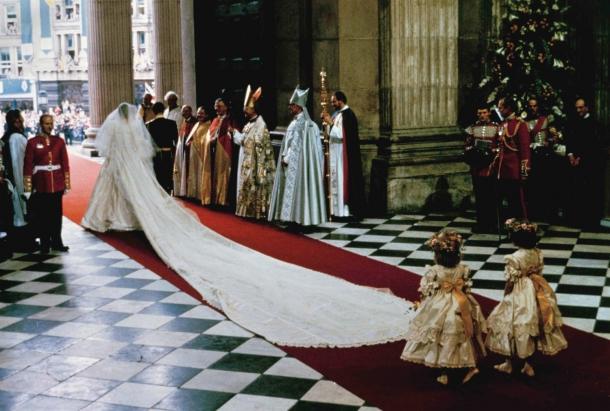 7afe4407251646a Вспоминая о шикарных свадьбах и букетах невозможно не вспомнить о свадьбе  принцессы Дианы. Букет с этой шикарной свадьбы буквально вошел в историю,  ...