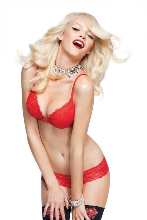 блондинки в красном белье или без него