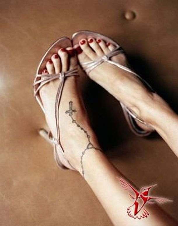 Фото девушки с тату крест на ноге
