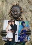 Женщина племени Мурси впервые читает журнал «Vogue», Эфиопия.