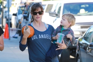 jennifer-garner-out-in-brentwood_9-645x956