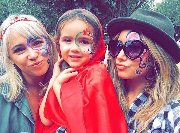 Ashley-Tisdale-visited-pumpkin-patch-showed-off-her-face
