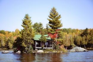 Дом возле озера Ахмик, Онтарио