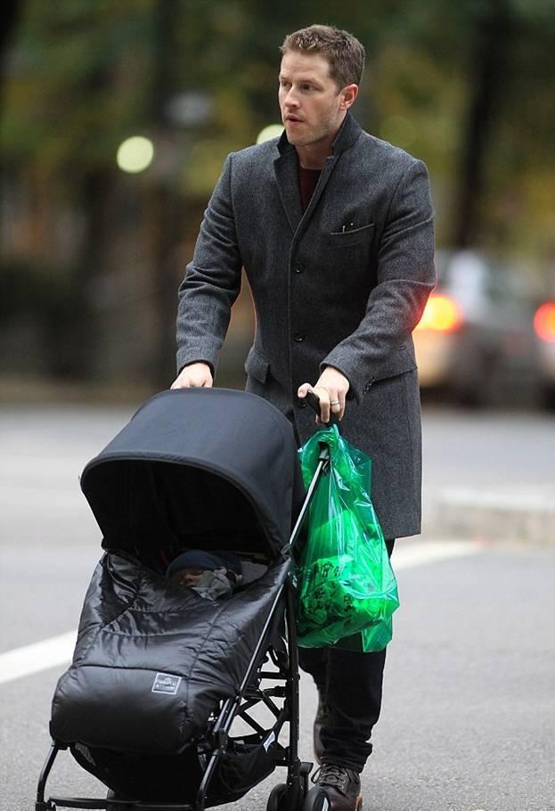 Джош Даллас с малышом Оливером