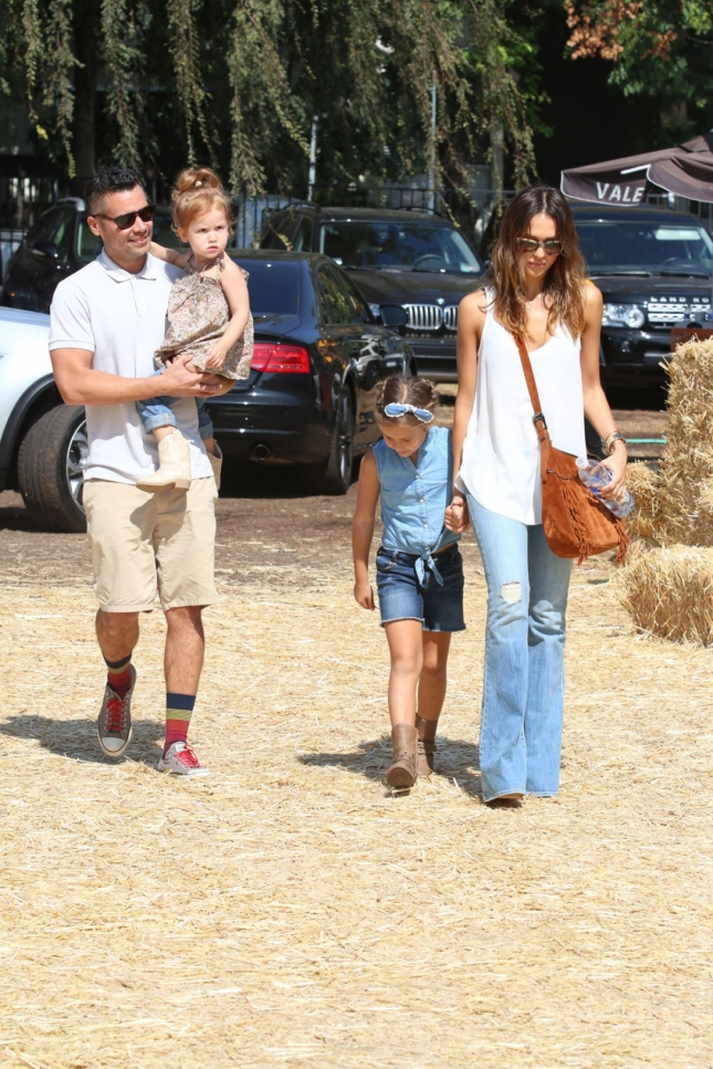jessica-alba-at-the-pumpkin-patch-in-west-hollywood_15
