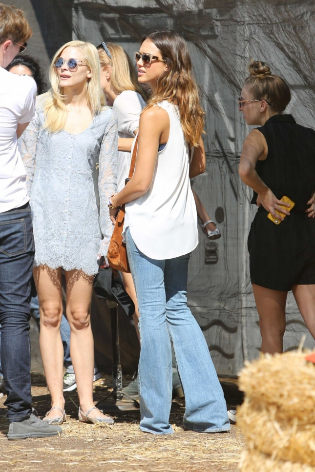 jessica-alba-at-the-pumpkin-patch-in-west-hollywood_6