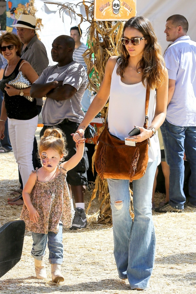 jessica-alba-at-the-pumpkin-patch-in-west-hollywood_8