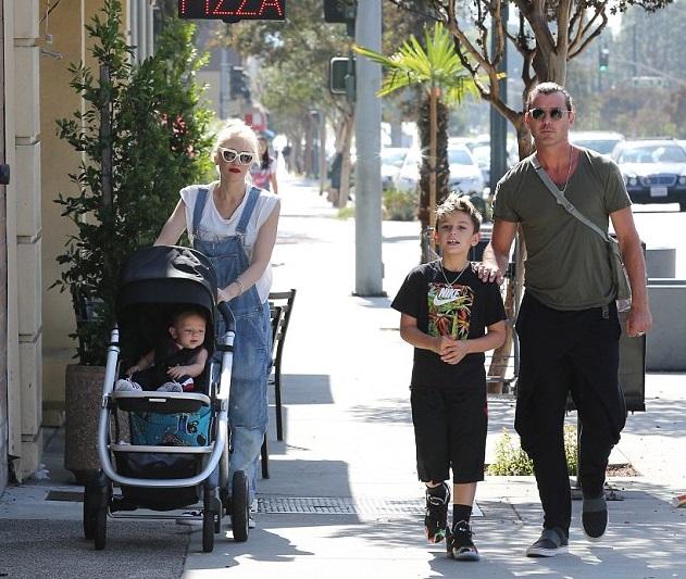 Гвен Стефани с мужем Гэвином Россдейлом и сыновьями