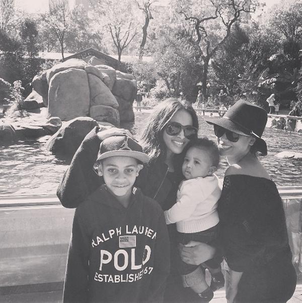 Сиара с сыном и подругой в парке