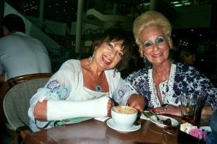 Торговый центр Рамат Авив, 8.30 утра. Эти дамы встретились, чтобы поговорить о литературе и философии.