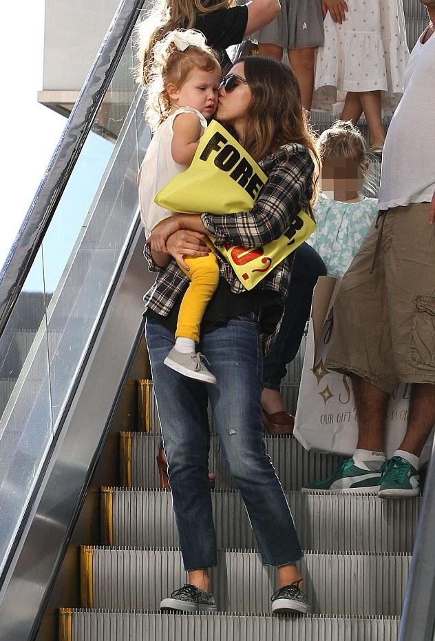Джессика Альба с младшей дочкой
