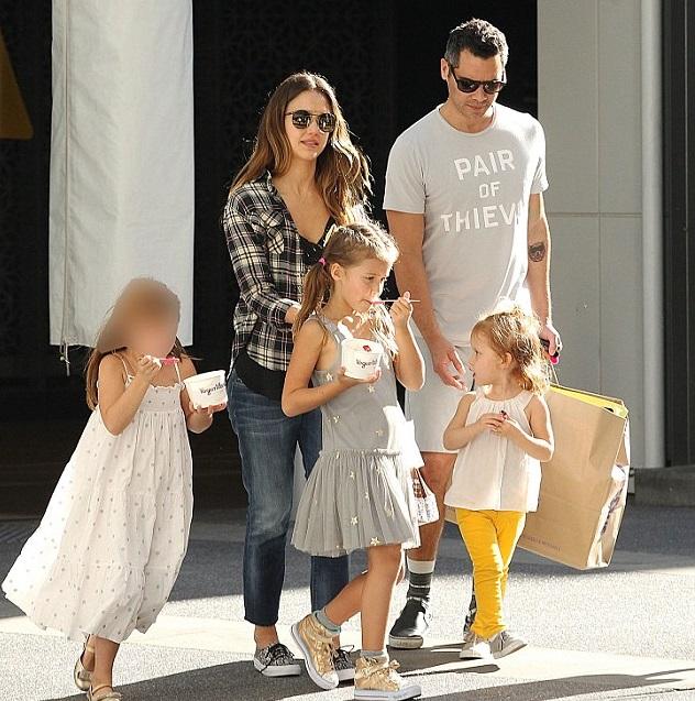 Джессика Альба и Кэш Уоррен с детьми