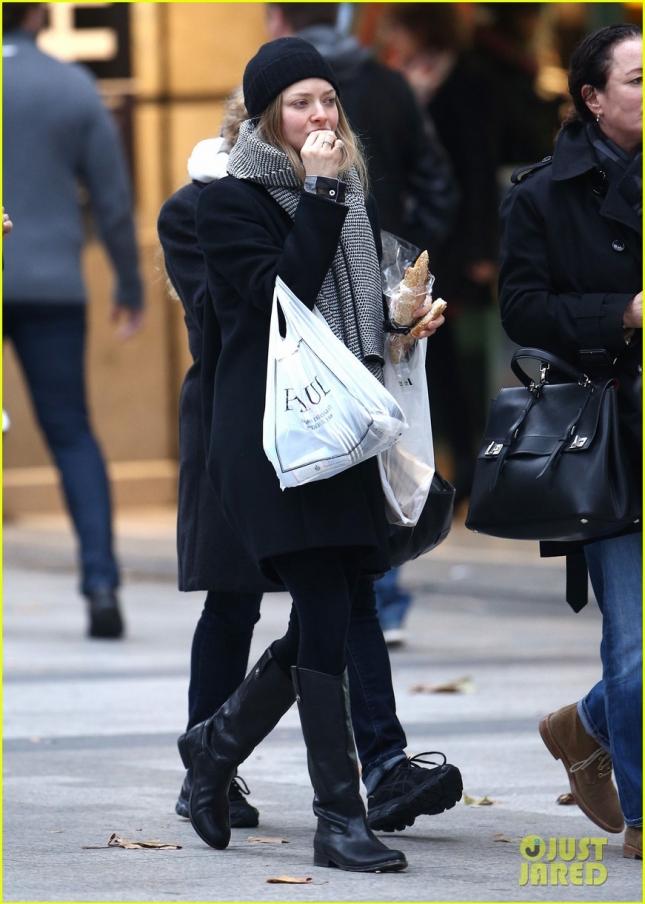 Аманда Сейфрид вместе с мамой Энн и купленными впрок французскими багетами гуляет по Парижу