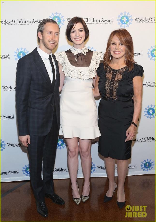 Энн Хэтэуэй и её супруг Адам Шульман приняли участие в World Of Children Awards.