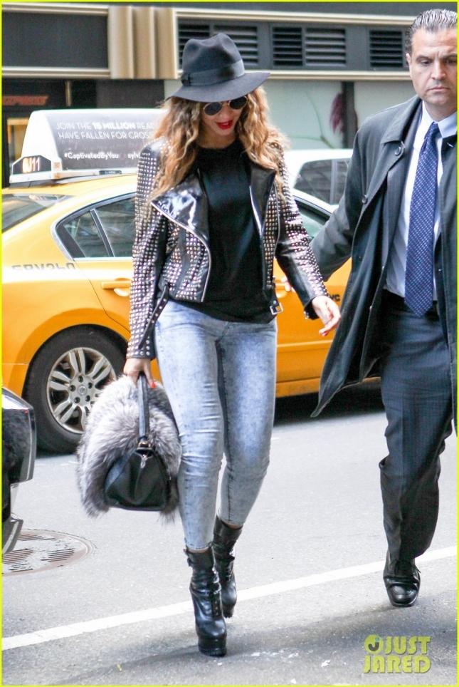 В полной боеготовности Бейонсе посетила офисное здание в Нью-Йорке