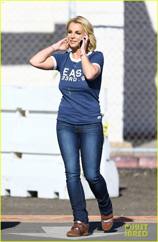 britney-spears-steps-out-braless-afte-rumors-of-new-boyfriend-04