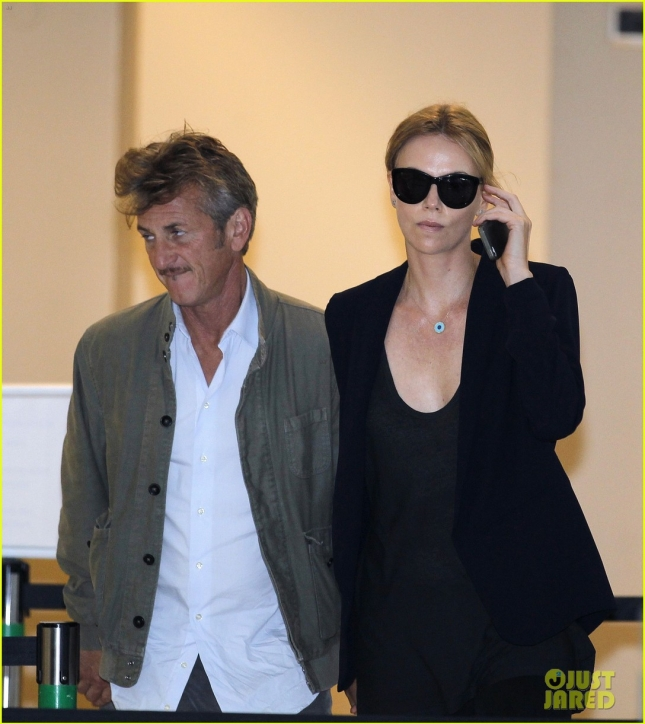 charlize-theron-sean-penn-hold-hands-in-south-africa-05