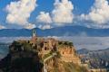Чивита ди Баньореджо (Civita di Bagnoredgio) — город-замок в Италии, который построен на эродированных скалах. Ему уже многие сотни лет, и сегодня он опустел, поскольку жить там попросту опасно. В горах часты оползни, и город представляет интерес скорее, как памятник архитектуры. Построили его этруски приблизительно 2500 лет тому назад.