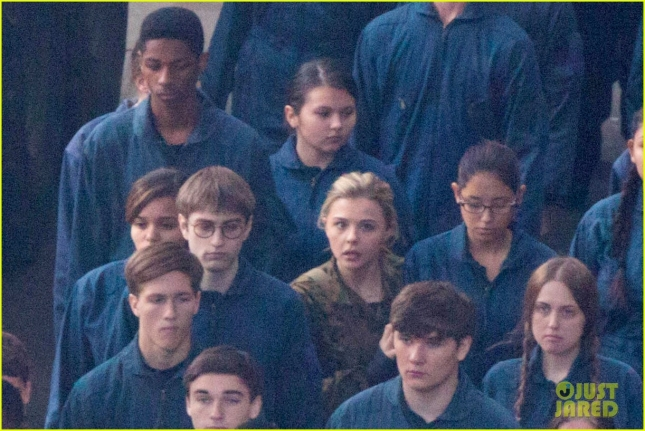 chloe-moretz-is-surrounded-by-blue-on-fifth-wave-set-02