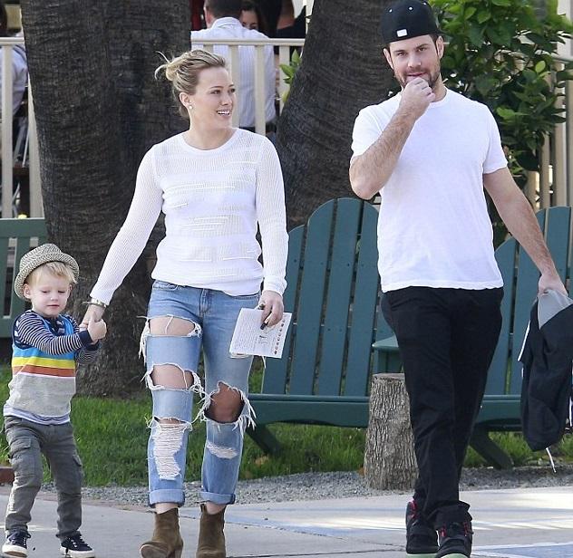 Хилари Дафф с сыном Лукой и мужем Майком Комри