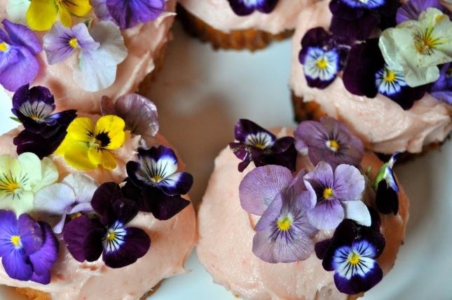 edible-flower-cupcakes