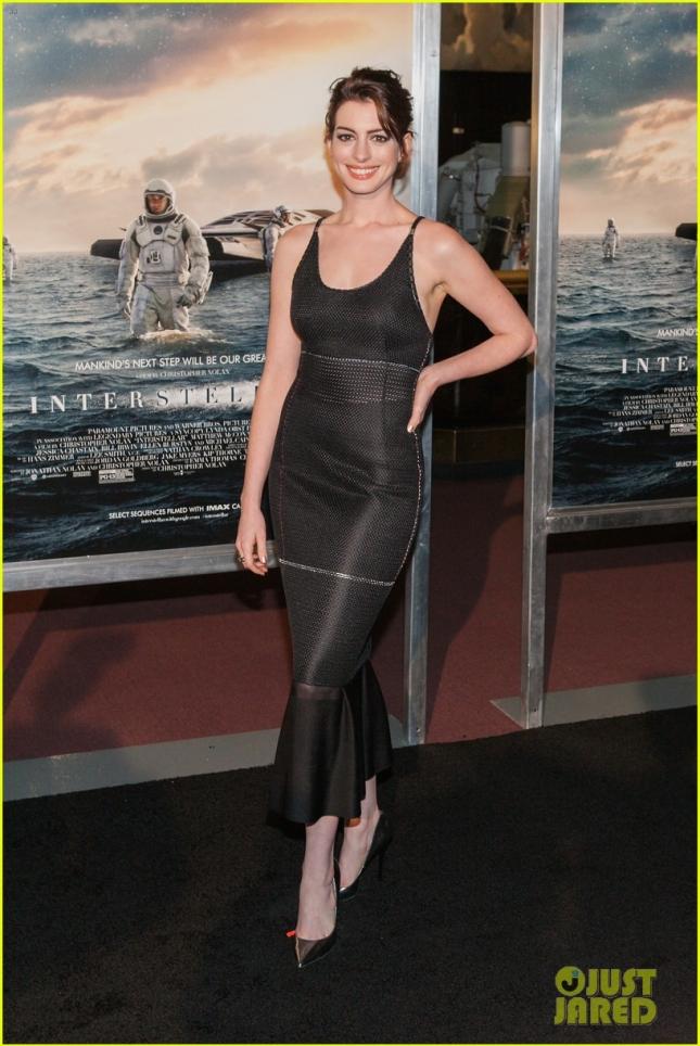 Энн Хэтэуэй в платье Calvin Klein