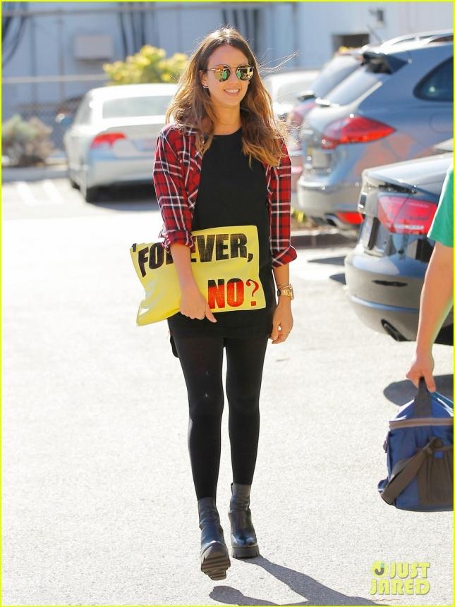 """Джессика Альба с сумочкой """"Навсегда, нет?"""" в Санта-Монике"""